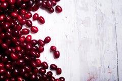 Свежие ягоды cornel на деревянном столе Стоковые Изображения RF