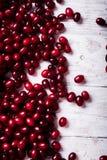 Свежие ягоды cornel на деревянном столе Стоковое фото RF
