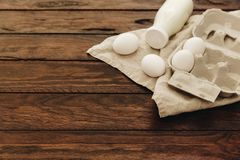 Свежие яичка и бутылка с молоком над linen салфеткой стоковые изображения rf