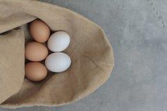 Свежие яичка куриц и яичка утки Стоковая Фотография