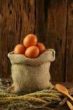 Свежие яичка на деревянной предпосылке от фермы и подготавливают для кашевара в комнате кухни, натуральных продуктах и очищают ед Стоковые Фото