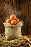 Свежие яичка на деревянной предпосылке от фермы и подготавливают для кашевара в комнате кухни, натуральных продуктах и очищают ед Стоковые Изображения