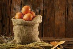 Свежие яичка на деревянной предпосылке от фермы и подготавливают для кашевара в комнате кухни, натуральных продуктах и очищают ед Стоковое фото RF