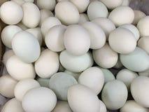 Свежие яйца утки продавая в рынке стоковые фото