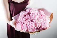 Свежие яркие зацветая пионы цветут с падениями росы на лепестках белый и розовый бутон бумага kraft хрустящая упаковка Стоковое Изображение