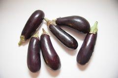 Свежие aubergines на белизне Стоковая Фотография