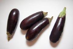 Свежие aubergines на белизне Стоковое Изображение
