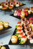 Свежие canaps и закуски на таблице сфокусируйте мягко Стоковая Фотография