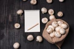 Свежие champignons в сумке Стоковое Изображение