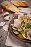 Свежие clams куколя (Венера, Meretrix) с соусом вина португальско стоковое изображение rf