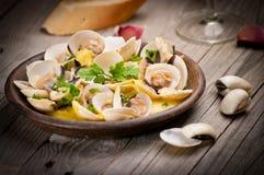 Свежие clams куколя (Венера, Meretrix) с соусом вина португальско стоковое фото rf