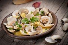 Свежие clams куколя (Венера, Meretrix) с соусом вина португальско стоковое фото