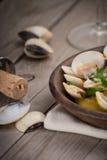 Свежие clams куколя (Венера, Meretrix) с соусом вина португальско стоковые фото