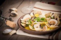 Свежие clams куколя (Венера, Meretrix) с соусом вина португальско стоковая фотография rf