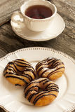 Свежие donuts на плите Стоковые Изображения