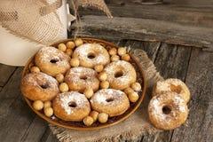 Свежие donuts на плите Стоковые Фотографии RF