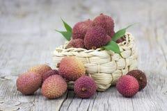 Свежие lychees в корзине Стоковые Фото