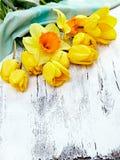 свежие narcissus и тюльпаны на белой деревянной предпосылке Стоковые Фото