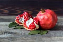 свежие pomegranates Стоковые Изображения RF