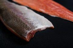 Свежие salmon части на предпосылке темной черноты стоковые фотографии rf