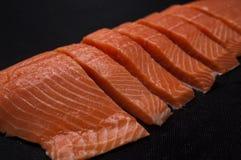 Свежие salmon части на предпосылке темной черноты стоковое изображение rf