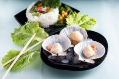 Свежие scallops на черной плите деликатности стоковое фото rf