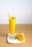 Свежие smoothie и манго сока манго приносить с бамбуковой корзиной стоковые изображения