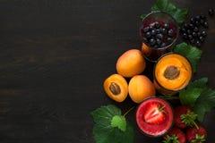 Свежие smoothies клубники, голубики и абрикоса Стоковые Изображения RF