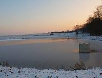 Свежие snowlakes снега порошка падают на замороженный пруд. Стоковые Фото