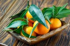 Свежие tangerines в деревенской деревянной плите, взгляд сверху Стоковая Фотография RF