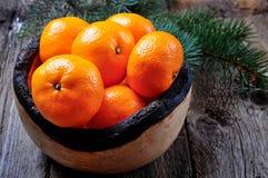 Свежие tangerines в деревянной плите на старой деревянной предпосылке Стоковые Изображения RF