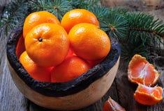 Свежие tangerines в деревянной плите на старой деревянной предпосылке Стоковая Фотография RF