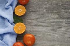 Свежие tangerines на старом сером деревянном столе Стоковые Фотографии RF