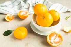 Свежие tangerines на таблице Стоковые Изображения