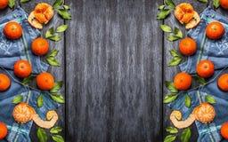 Свежие tangerines с листьями на голубой деревенской деревянной предпосылке, взгляд сверху Стоковая Фотография