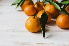 Свежие tangerines с листьями на белой деревянной предпосылке Стоковые Фото
