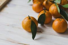 Свежие tangerines с листьями на белой деревянной предпосылке Стоковые Фотографии RF