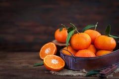 Свежие tangerines с листьями на деревянном столе Стоковое Изображение RF