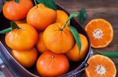Свежие tangerines с листьями на таблице Стоковое Фото