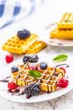 Свежие waffles с муравьем порошка сахара ягод сиропа шоколада чеканят Стоковое Фото