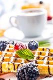 Свежие waffles с муравьем порошка сахара ягод сиропа шоколада чеканят Стоковые Изображения RF