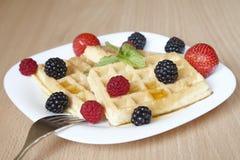 Свежие waffles с плодоовощами Стоковая Фотография