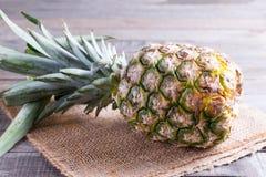 Свежий ананас на деревянной предпосылке Стоковое Фото