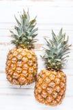 Свежий ананас отрезанный в половине Стоковые Изображения