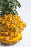 Свежий ананас с кусками на таблице предпосылки стоковое фото rf
