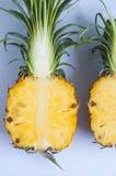 Свежий ананас с кусками на таблице предпосылки стоковая фотография rf