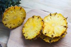 Свежий ананас с кусками на таблице предпосылки стоковая фотография