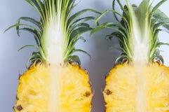 Свежий ананас с кусками на таблице предпосылки стоковые фото