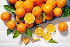 Свежий апельсин приносить с листьями на деревянном столе стоковая фотография rf