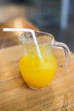 Свежий апельсиновый сок в стеклянном опарнике Стоковые Изображения RF